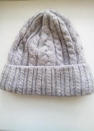 Стильная объемная базовая шапка бини объемная серого цвета из шерсти крупной вязки