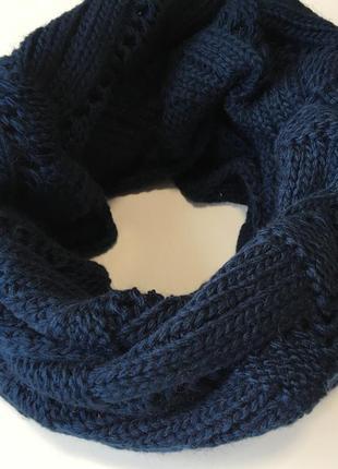 Шарф хомут вязаный полосами синего цвета
