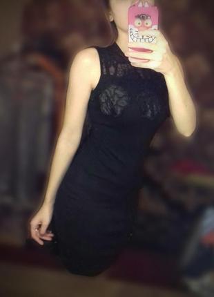 Черное платье в обтяжку с кожаными вставками