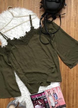 Новая крутая блуза с окрытыми плечами и кружевом