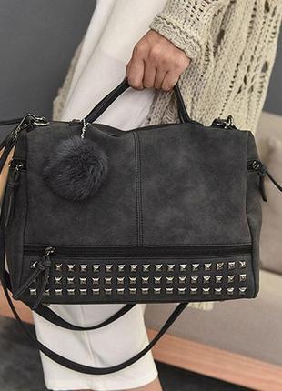 32659a43 Женская вместительная сумка с заклепками и меховым брелком темно-серая  (графит)