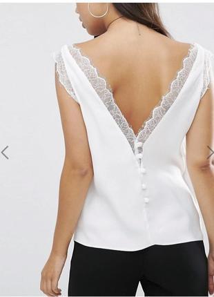 Майка топ блуза asos белая с кружевной вставкой спереди и глубоким v- вырезом сзади