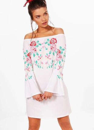 Ніжна сукня в прінт з імітацією вишивки