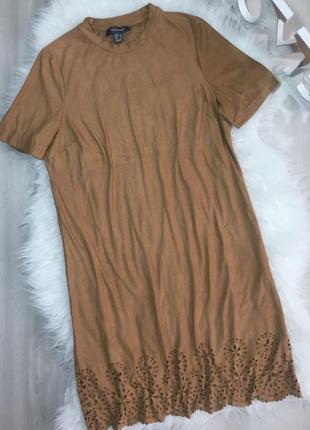 Актуальное платье под замш, с фигурным низом и перфорацией, короткий рукав, прямой крой2 фото