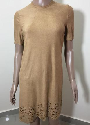 Актуальное платье под замш, с фигурным низом и перфорацией, короткий рукав, прямой крой1 фото