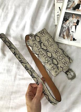 Поясная сумочка с актуальным змеиным принтом