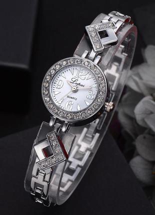 Элегантные часы в камнях серебристые с белым циферблатом