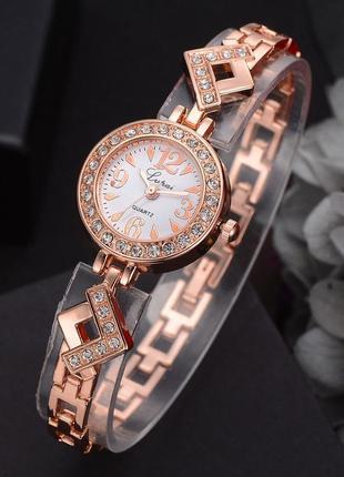 Элегантные часы в камнях золотистые с белым циферблатом