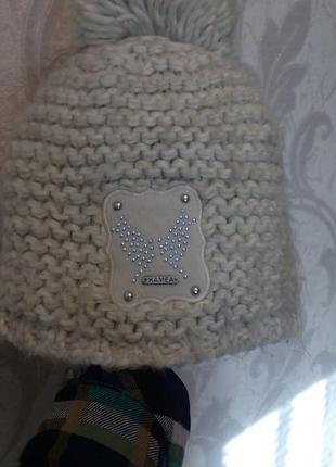 Зимняя бежевая шапка с пон-поном