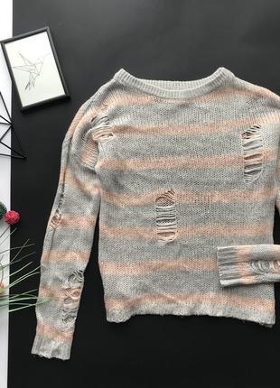 Стильный свободный серый рваный свитер / полосатый рваный свитер