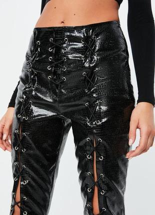 Эксклюзивные виниловые лаковые брюки кожа питона со шнуровкой missguided ms5291