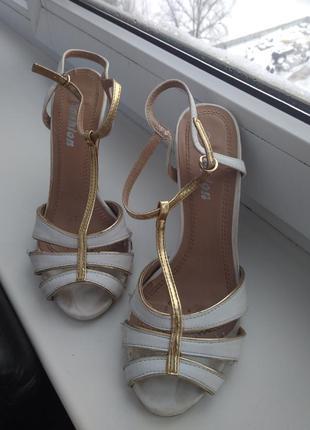 Босоножки на каблуке белые золотые
