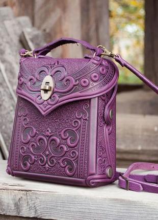 Сумочка-рюкзак кожаная женская фиолетовая с орнаментом тиснение