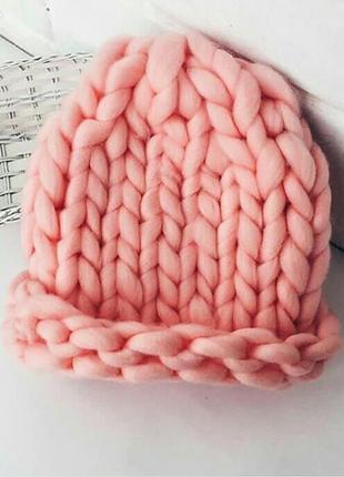 Шапка крупной вязки пудровая из шерсти мериноса хельсинка нежно розовая
