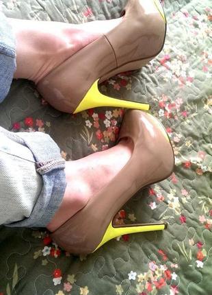 Бежевые туфли на каблуках