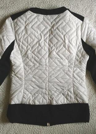 Куртка деми стеганая на молнии белая с черным пиджак бомбер жакет косуха3 фото