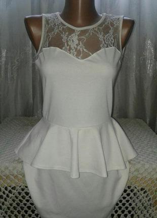 Изысканное платье с кружевом и баской