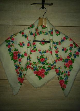 Новый красивый белый шерстяной платок в этно стиле
