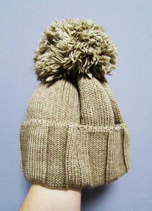Вязаная шапка с шикарным помпоном песочно-бежевого цвета