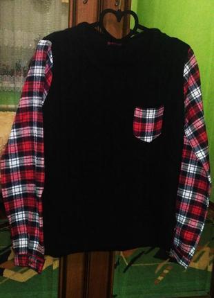 Стильный свитерок с косами черного цвета комбинированный с клечатыми рукавами