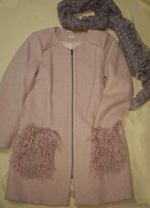 Прямое пальто нежно-розового цвета.