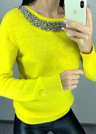 Яркий желтый свитер с украшением размер с