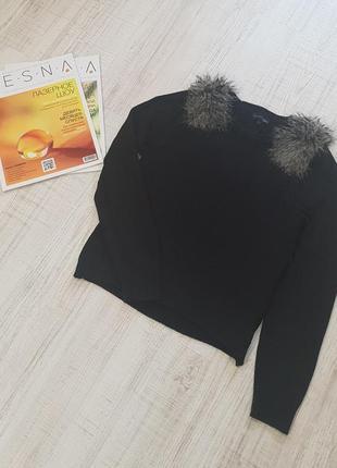 Стильный свитер с меховыми погонами