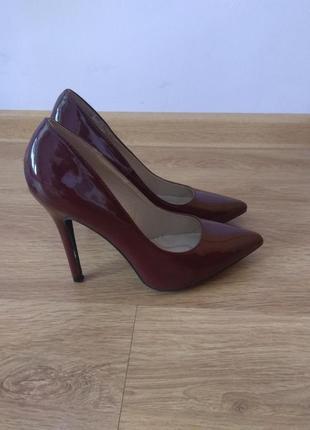 Шикарные   лаковые туфли лодочки цвета марсалло размер 38