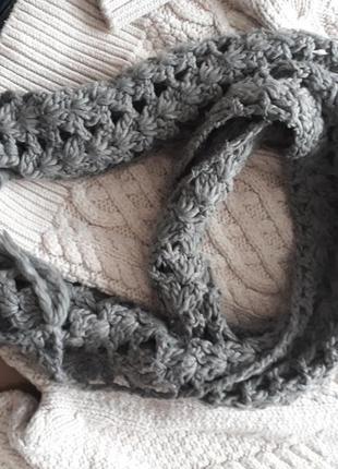 Красивый серый вязаный объемный шарф крупной вязки