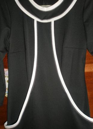 Черное трикотажное платье с белой отделкой