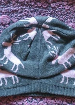 Серая шапка с оленями