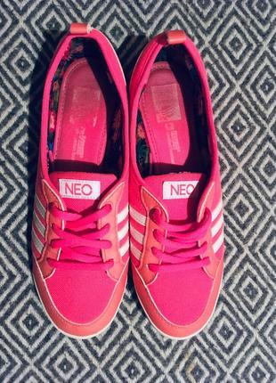 Малиновые кроссовки adidas neo