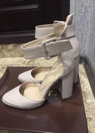 Нюдовые кожаные туфли