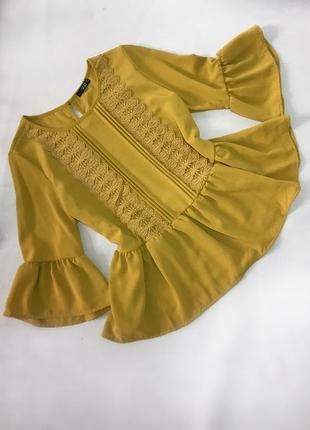 Красивая желтая горчичная блуза с воланами и кружевом