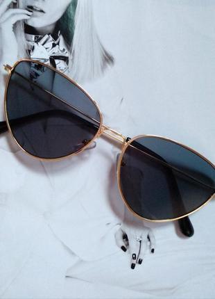 Солнцезащитные очки с цветной линзой треугольной формы