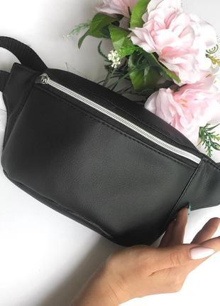 Чёрная бананка сумка на пояс, плече с экокожи с  серебренным замком