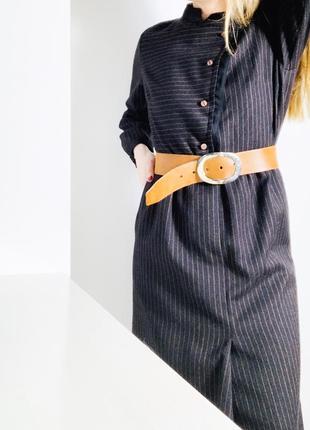 Темно-коричневе платье в полоску довжини міді з поясом