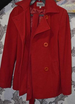 Продам осеннее , весенее пальто , красного цвета.
