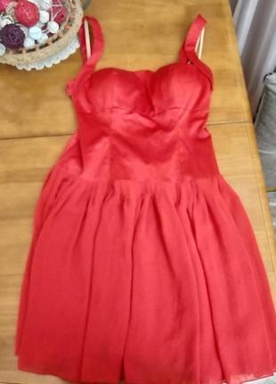 Сочно красное платье