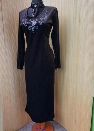 Длинное шоколадно коричневое велюровое платье с чокером