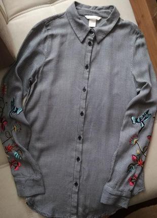 Рубашка в утиную лапку с вышивкой