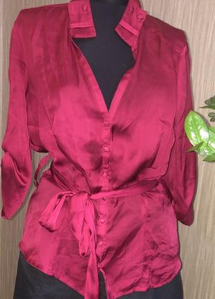 Малиновая блуза на поясе