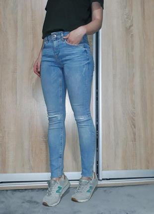 Идеальные голубые джинсы на средней посадке с необработанным краем zara