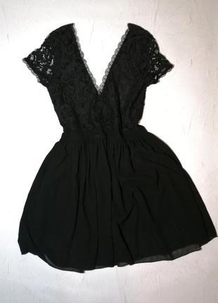Красивое ажурное платье с vобразным  вырезом m