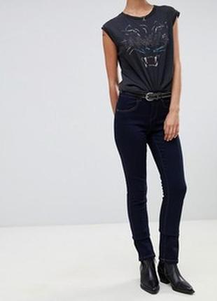 Узкие джинсы на стройную высокую девушку.