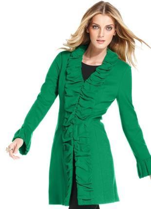 Пальто с вертикальной драпировкой по центру и низу рукавов, застегивается на крючки (м)