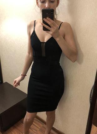 Чёрное платье миди в обтяжку с красивым декольте