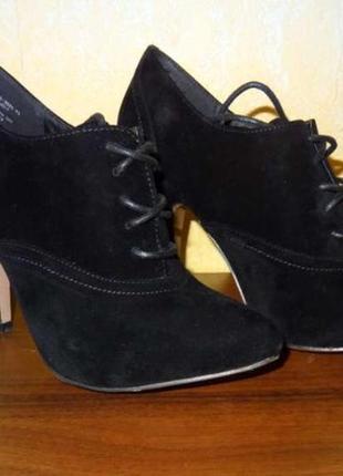 Чёрные классические с заострённым носом ботильоны на шнуровке