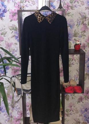 Обтягивающее платье с эффектным воротником.