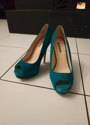 Изумительные бархатные туфли с лаковым каблуком